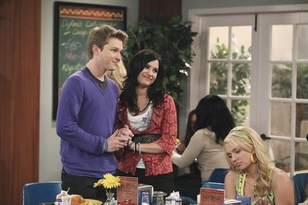 sonny with a chance and chad start dating in season 2